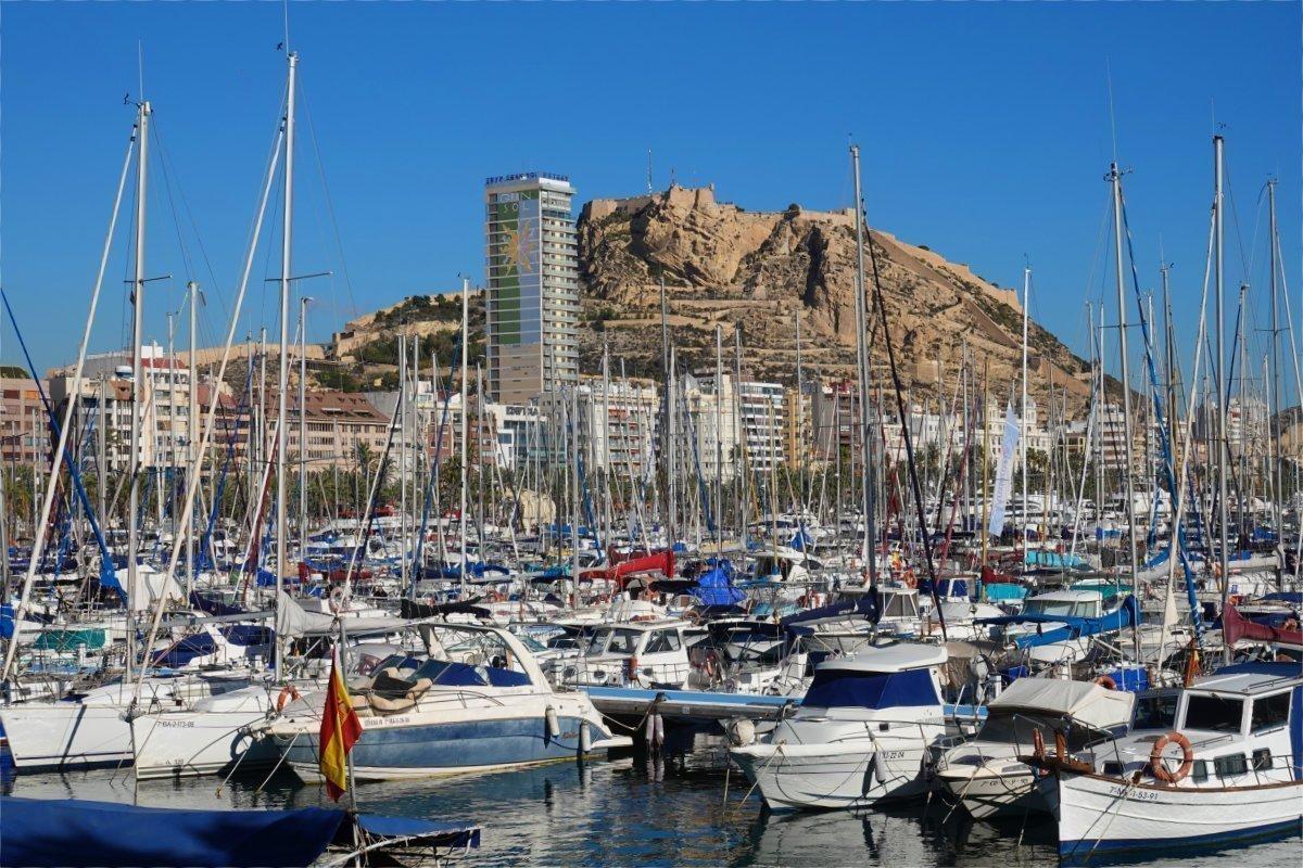 Blick vom Sportboothafen auf das Castell Santa Barbara