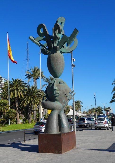 Moderne Skulptur am Hafen