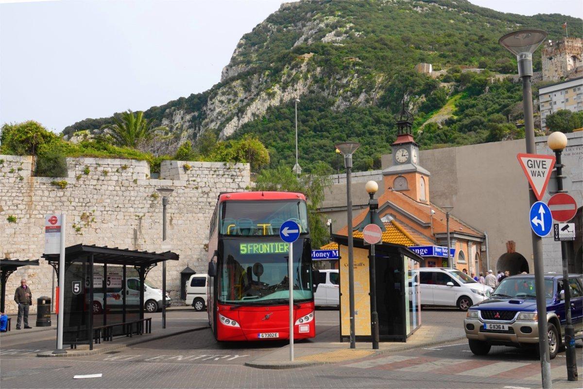 Busbahnhof vor den Kasematten und im Hintergrund der Felsen