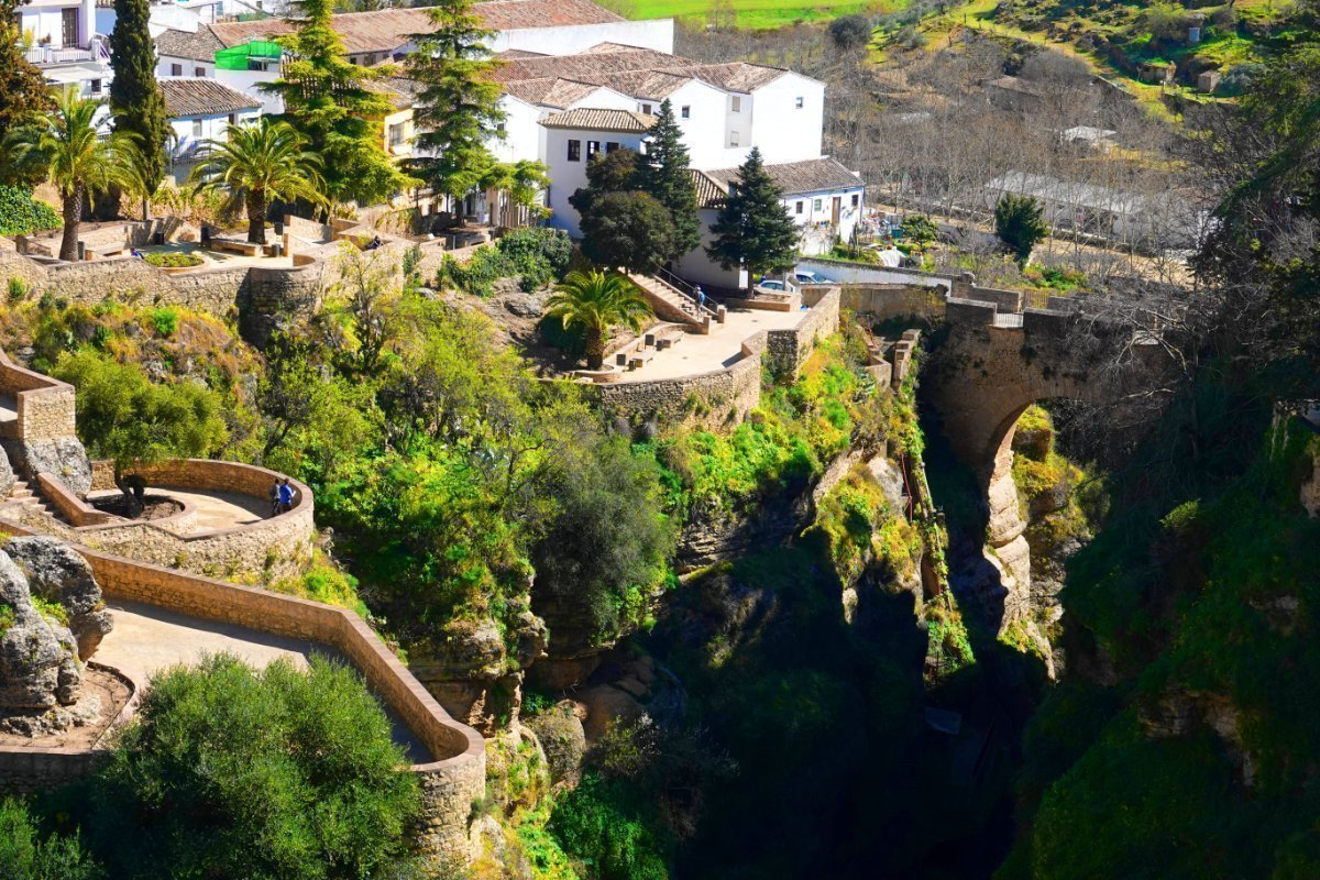 """Die Schlucht """"El Tajo"""" und die """"Puente Viejo"""" im Hintergrund"""