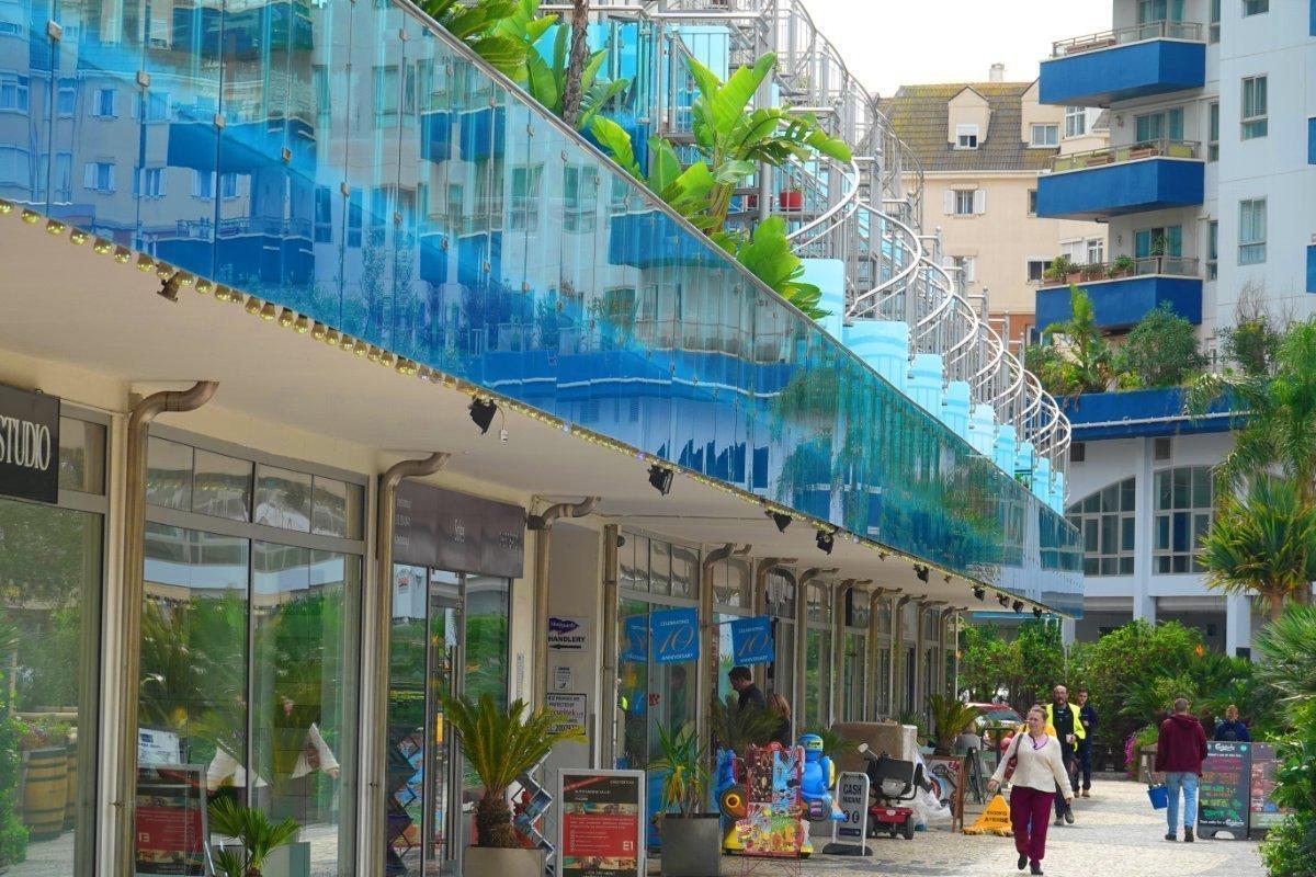 Einkaufszeile und modernes Appartment-Gebäude am Hafen
