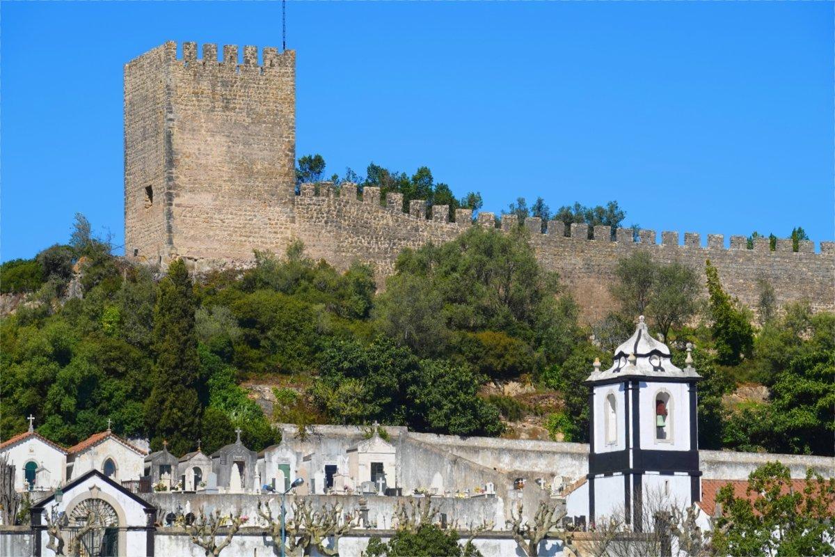 Friedhof - vorne - Obere Stadtmauer und Wehrturm