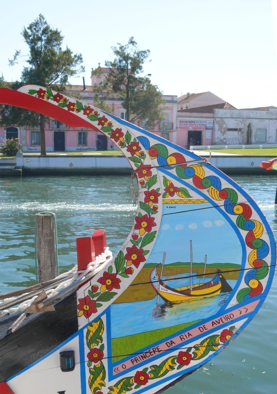 Kunstvoll bemalter Bug eines Kanalbootes-