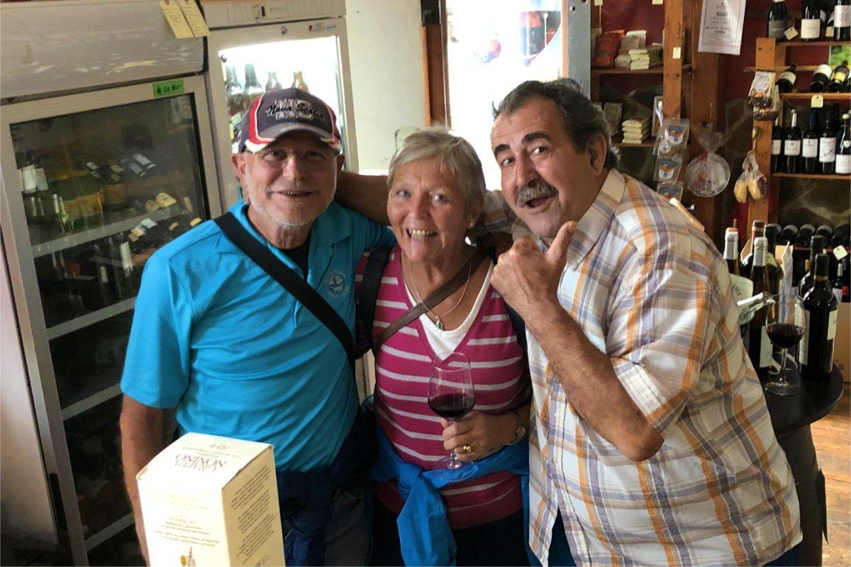 Mit neuem Freund Pepe in Robbies Weinladen