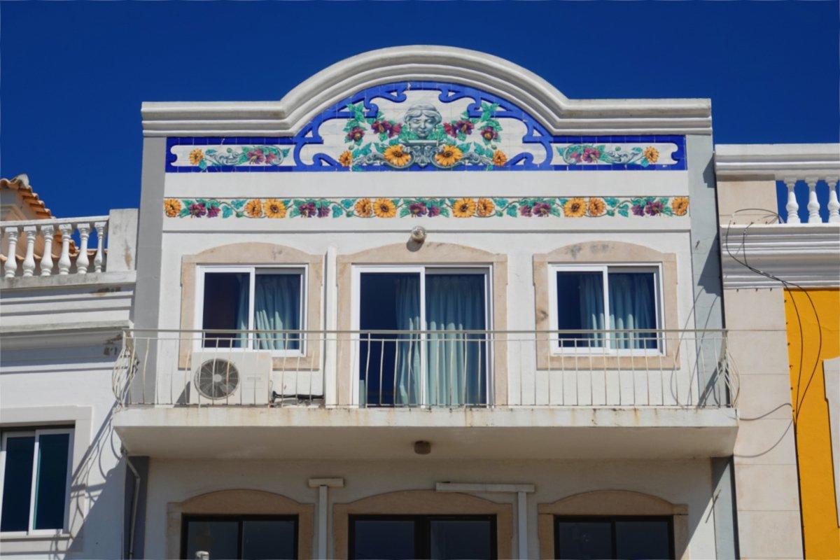 Mit Keramikfliesen dekorierter Balkon