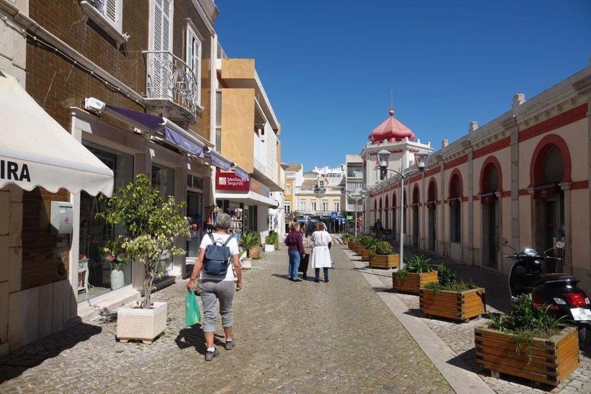 Stilvoll sanierte Fußgängerzone neben der Markthalle