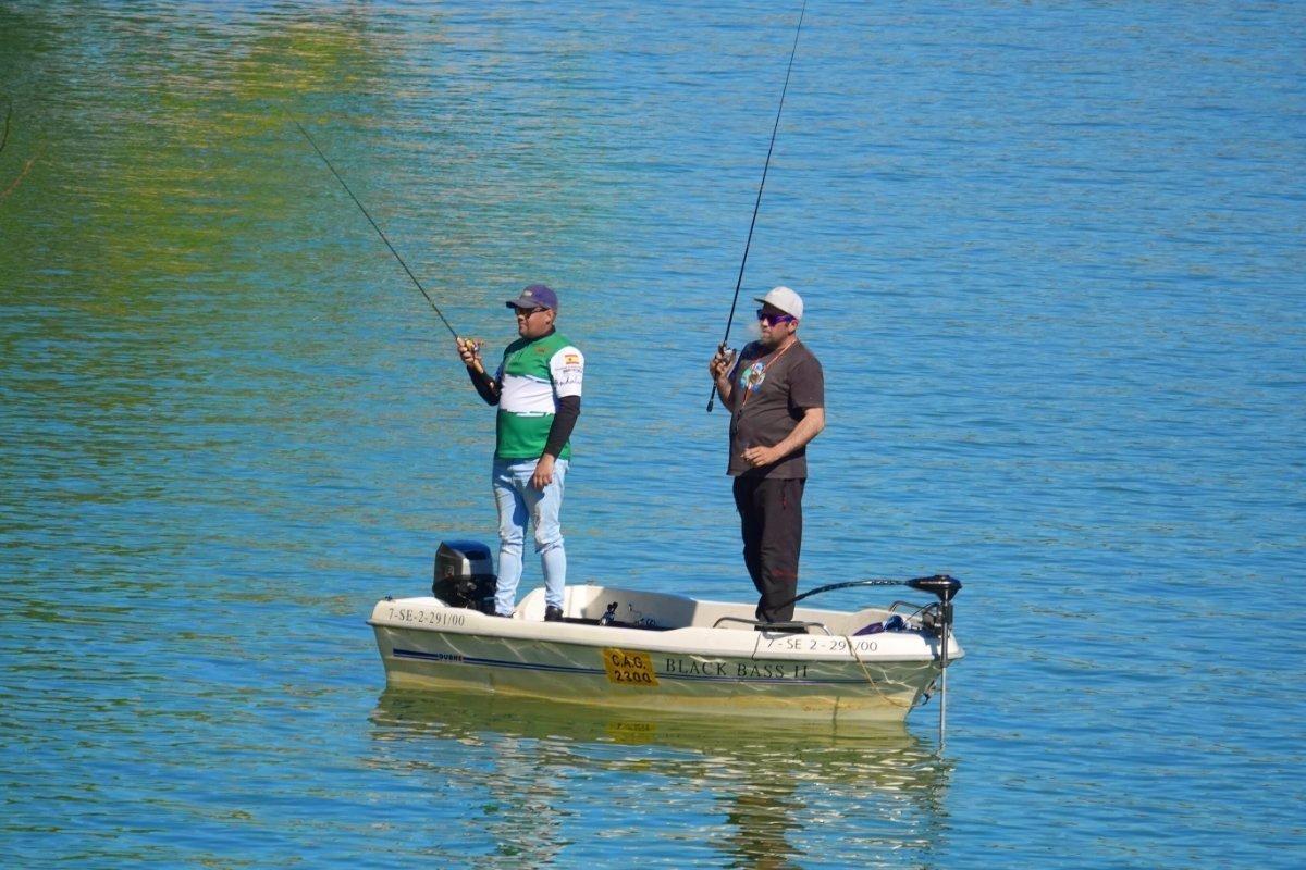Standfeste Angler auf dem Guadalquivir