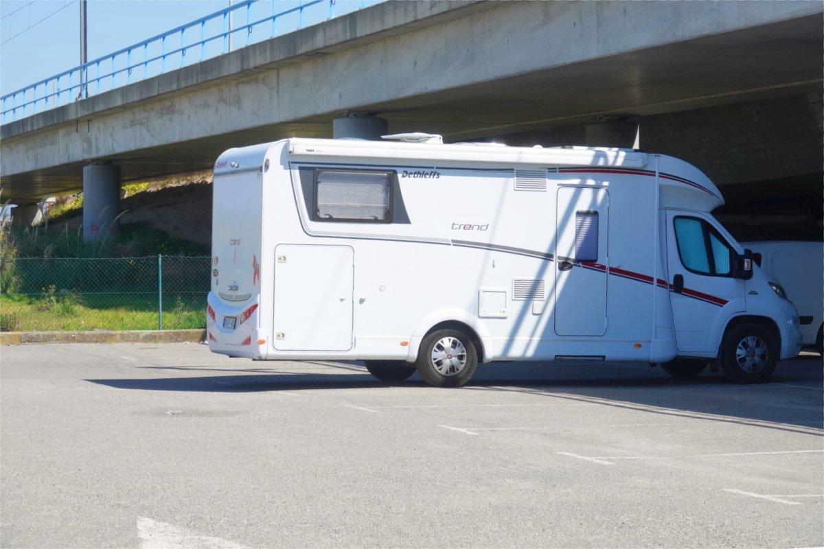 Stellplatz unter der Autobahnbrücke