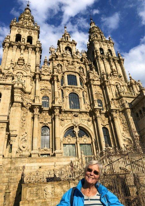 Anne vor der Kathedrale