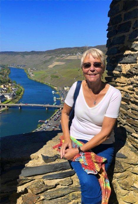 Anne auf der Burgruine