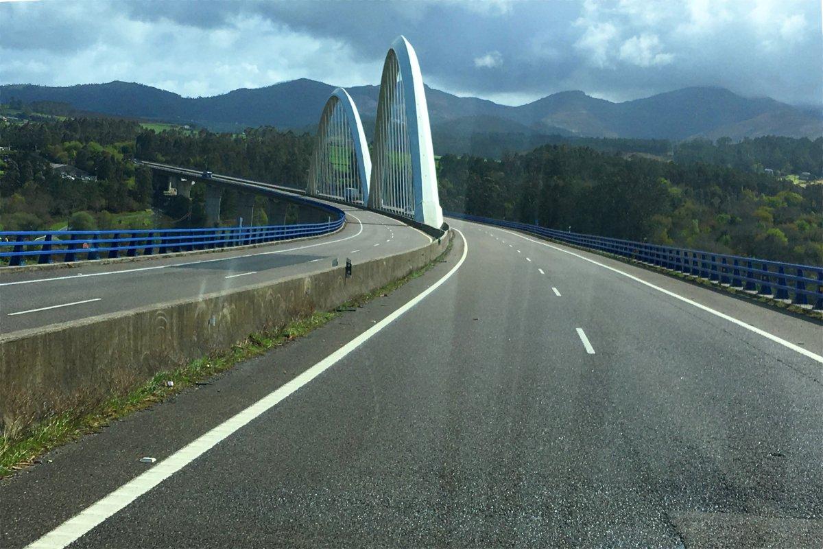 Bergige Landschaft und viele Viadukte und Tunnel