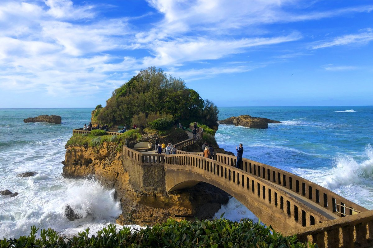 Bogenbrücke zu einer Felseninsel