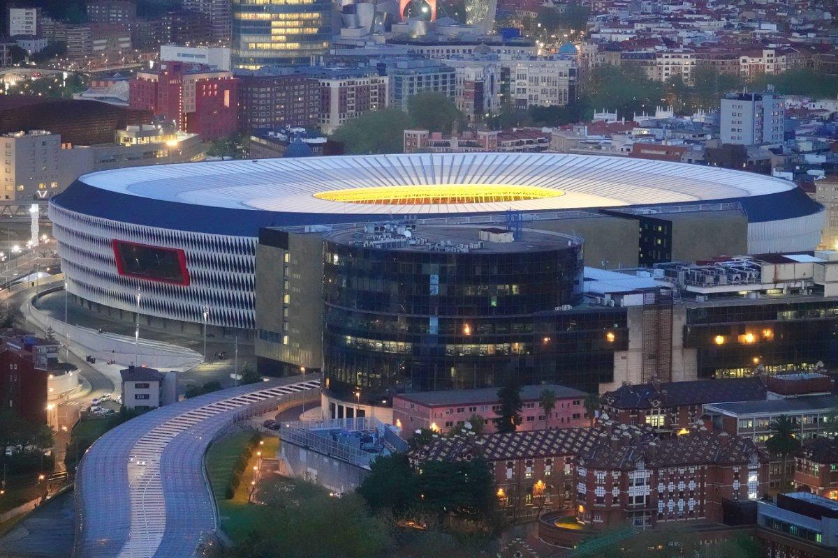 Das moderne Stadion San Mamés von Athletico Bilbao am Abend