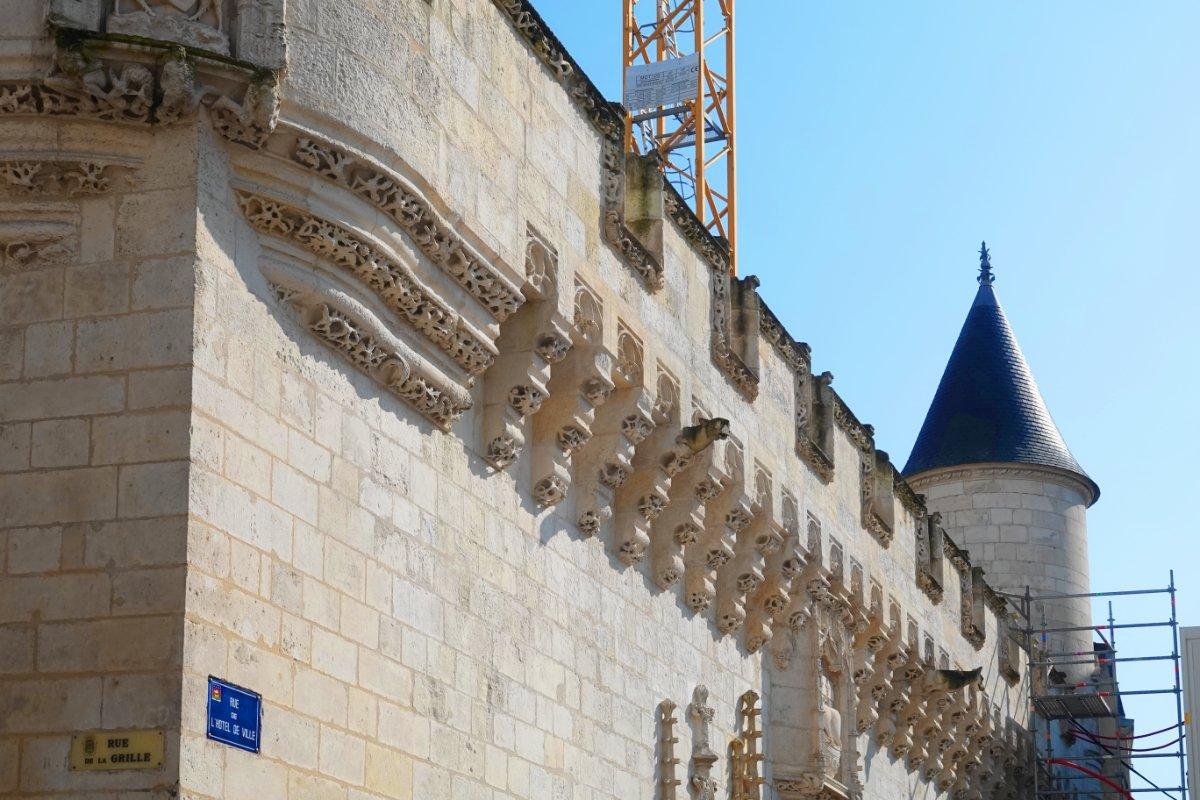Das sich in der Restaurierung befindliche Rathaus