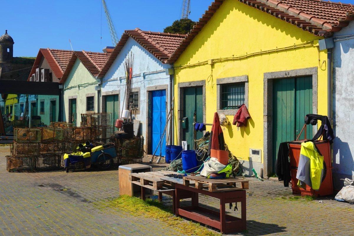 Die bunten Häuser der Fischer am Hafen