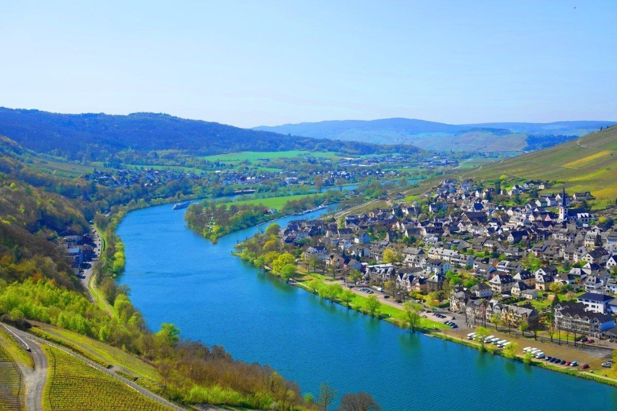 Blick auf die Mosel und Bernkastel-Kues Neustadt