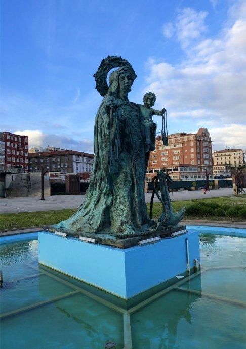 Frau-mit-Kind Statue