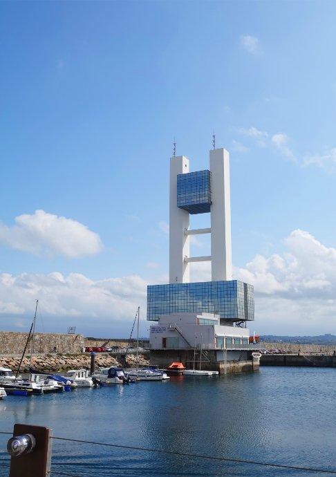 Kontrollturm am Hafen