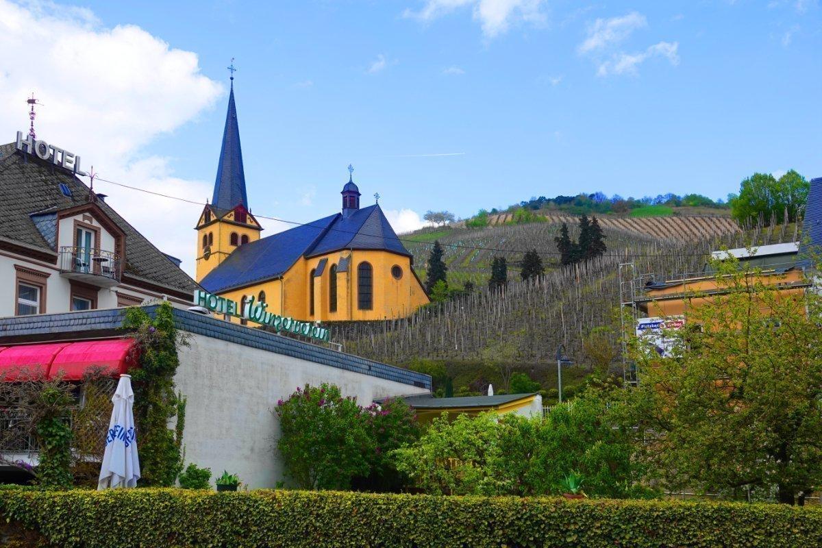 Kirche inmitten der Weinberge in Zeltingen