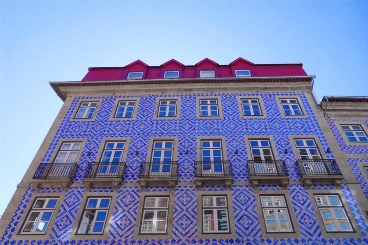Komplett geflieste Hausfassade