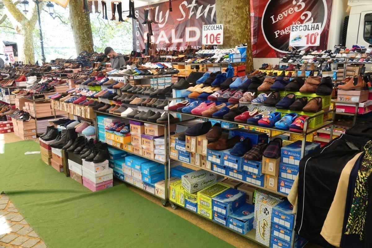 Riesiges Schuhsortiment - und dies sit nur ein Stand von vielen