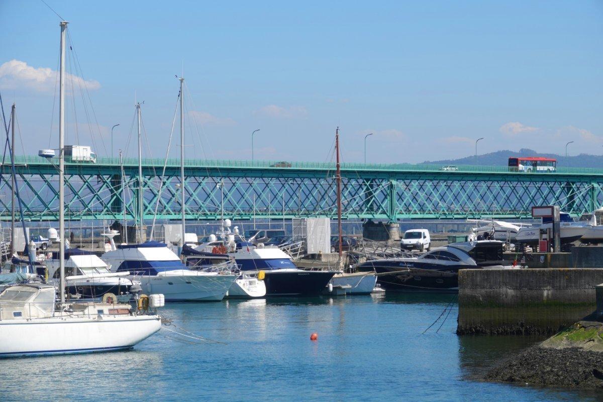 Sportboothafen und Eiffel-Brücke