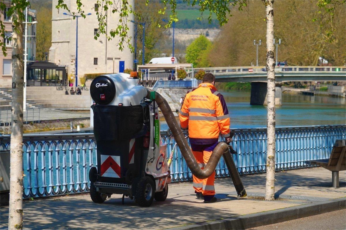 Stadtreiniger mit seinem Saugrüssel auf einem Stützrad