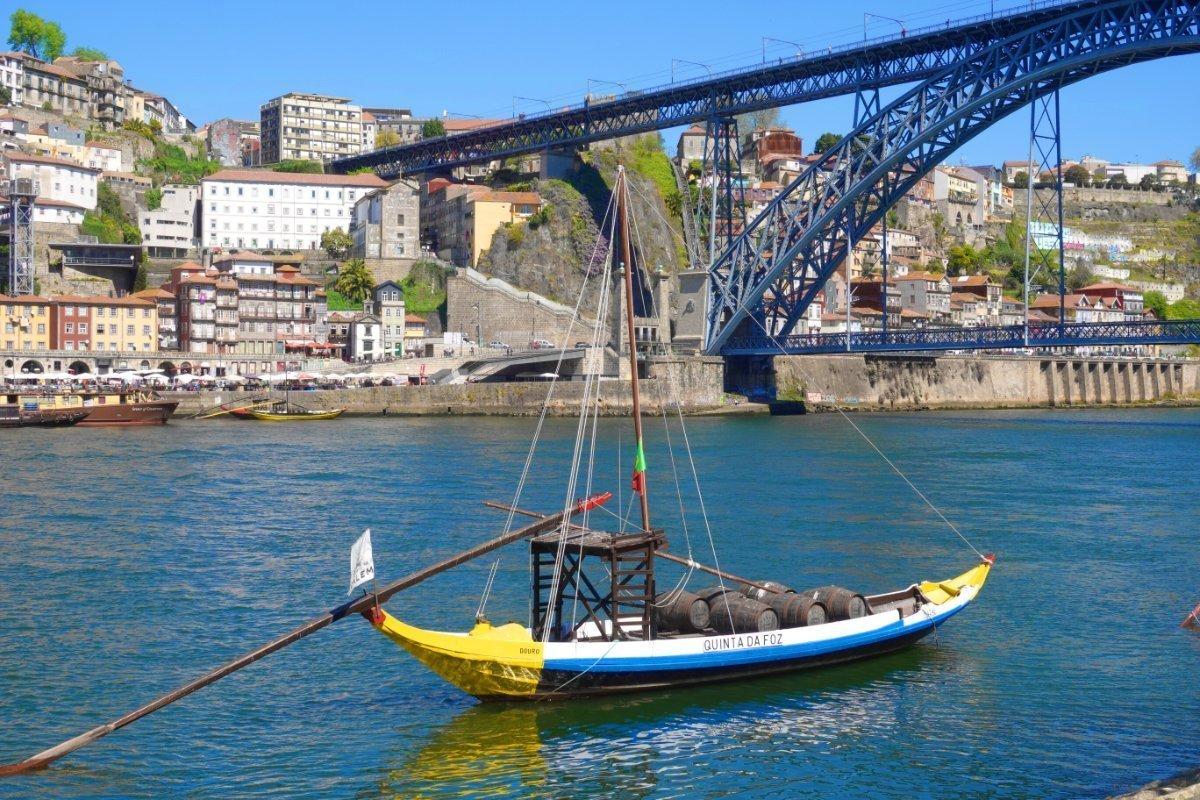 Traditionelles Arbeitsboot mit Portweinfässern