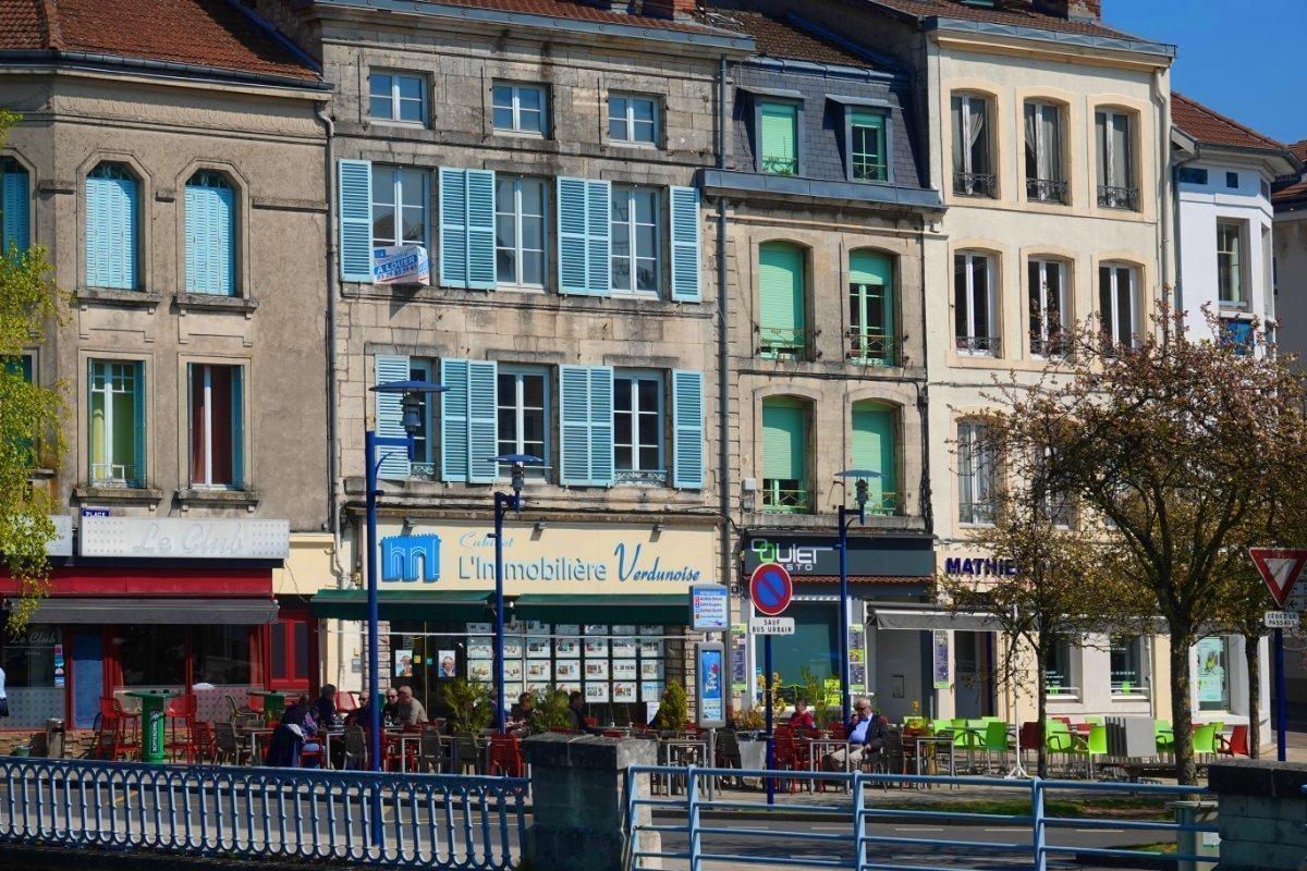 Typisch französische Stadthäuser und Straßencafés