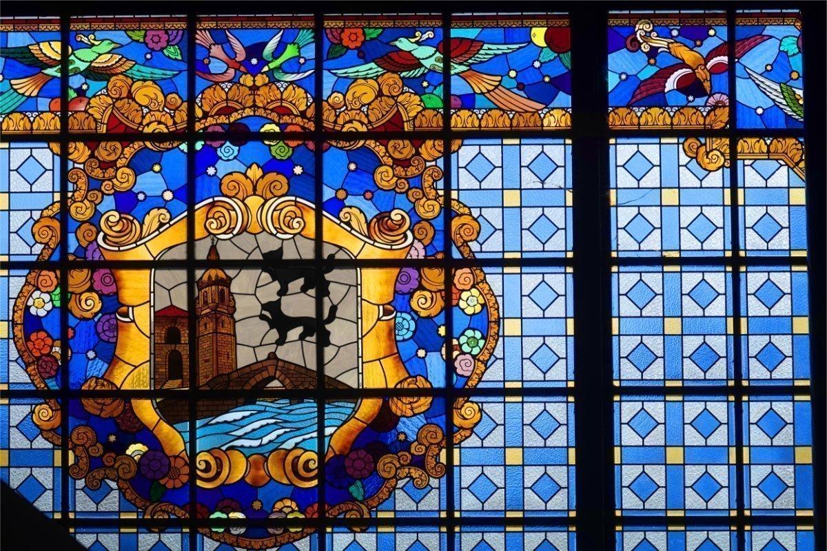 Wunderschönes bleiverglastes Fenster in der Markthalle