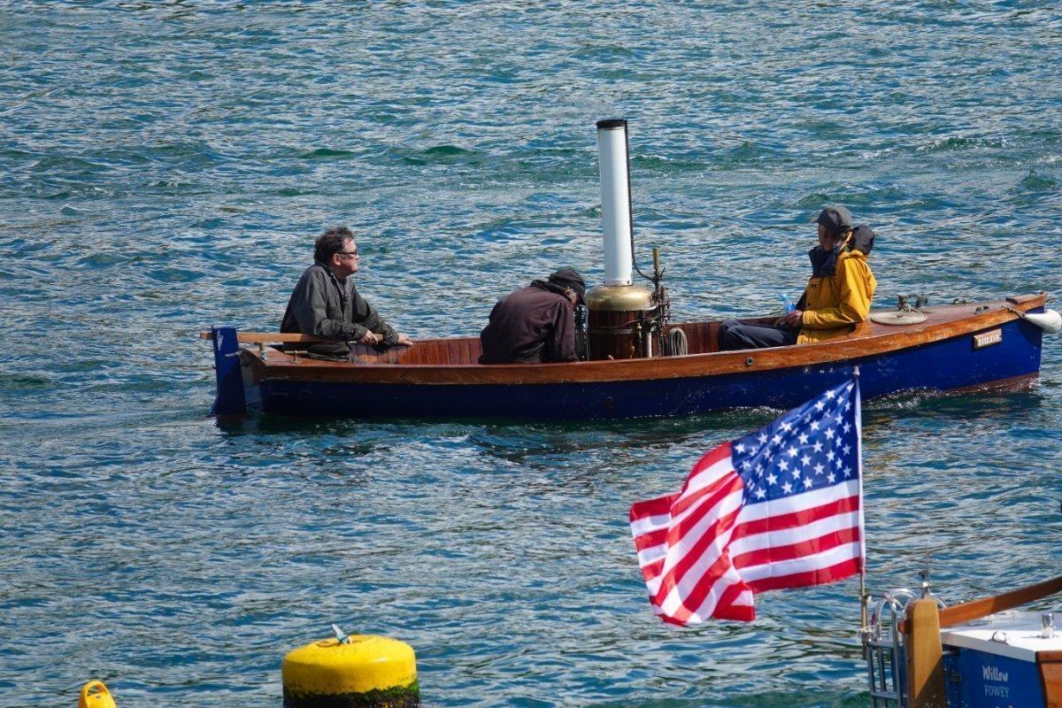 Auch ein kleines Dampfboot nimmt an der Parade teil