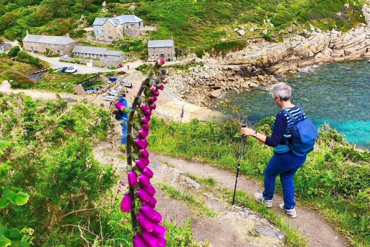 Anne beim steilen Abstieg zur Penberth Cove