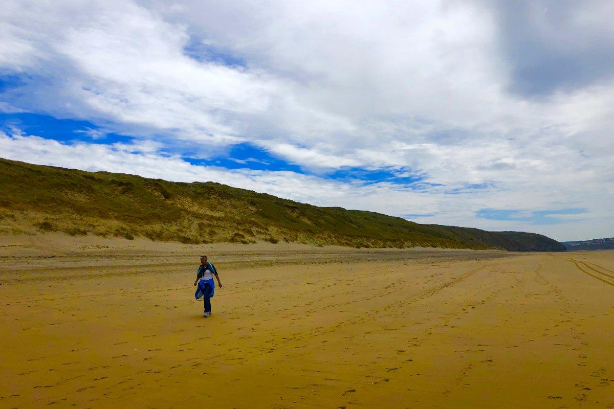 Anne sucht am endlosen Perranporth Strand nach Strandgut