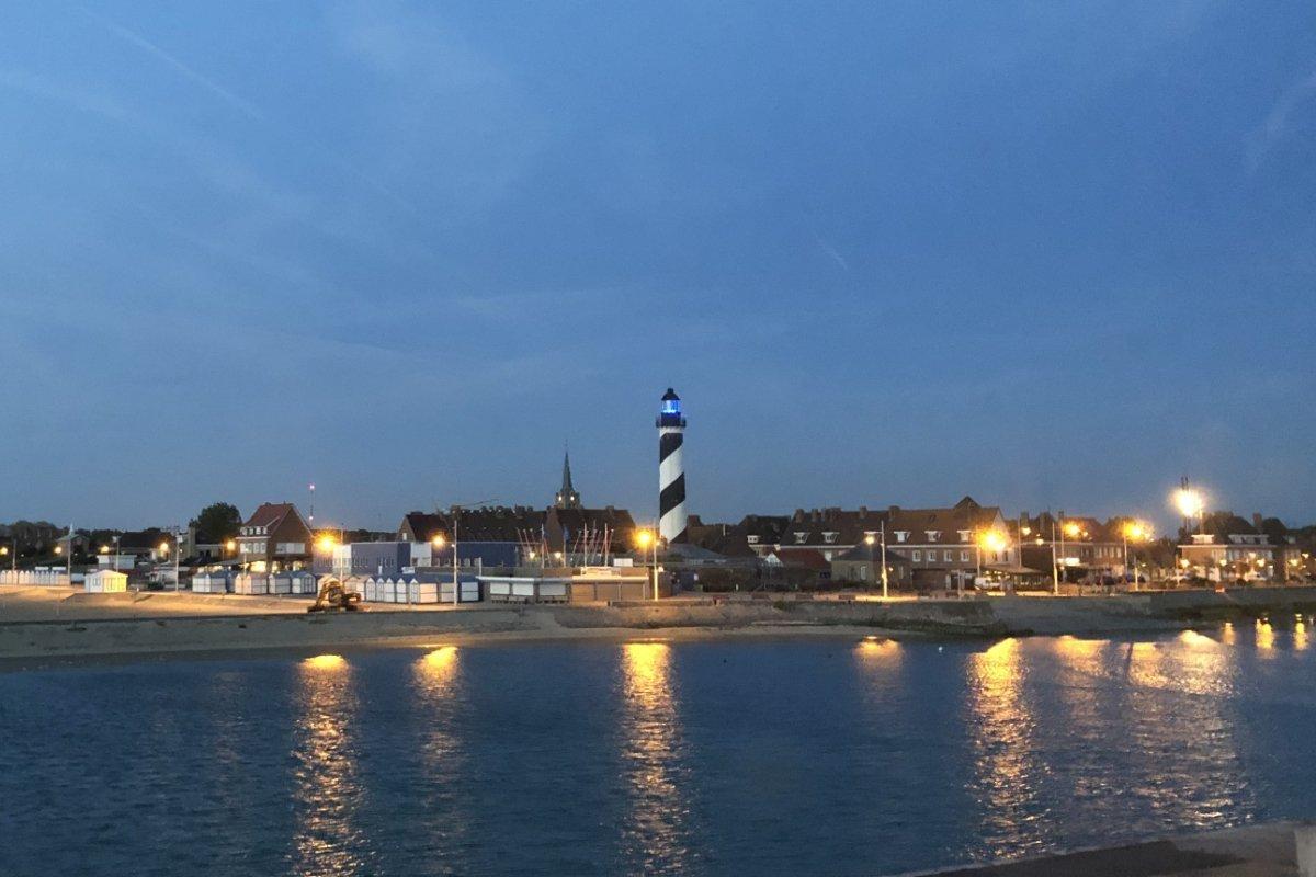 Blick vom Hotel auf den Leuchtturm von Petit Fort Philippe am Abend