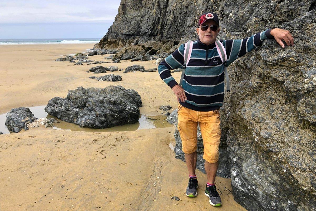 Frederick am fernen Ende des Strandes in Perranporth