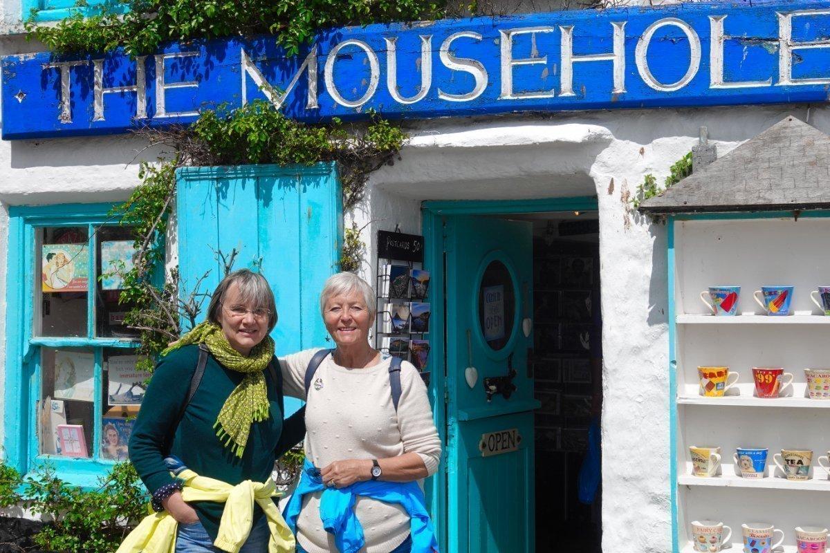 Hildegard und Anne vor einem Souvenir-Shop in Mousehole