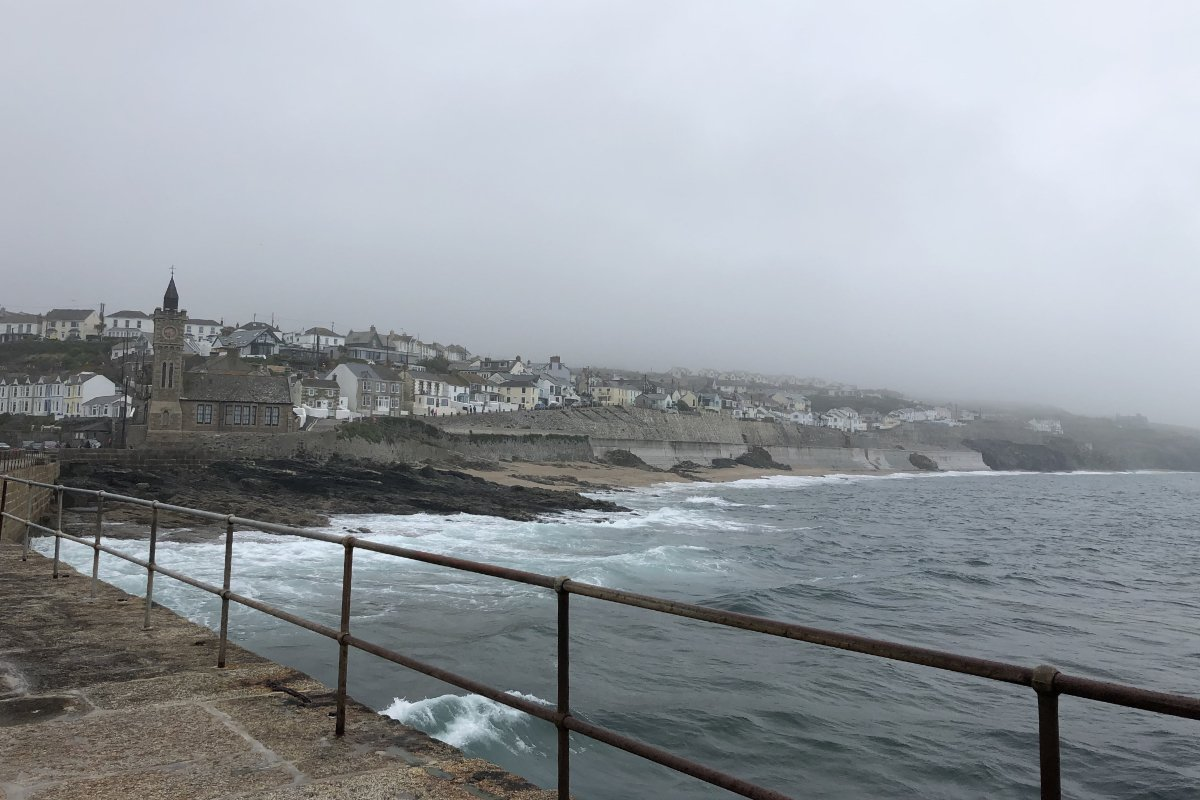 Die Küste von Porthleven im Nebel - grau in grau