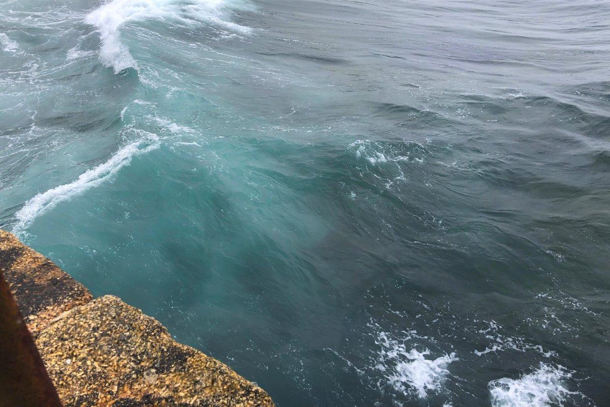 Ziemlich große Wellen an der Pier in Porthleven