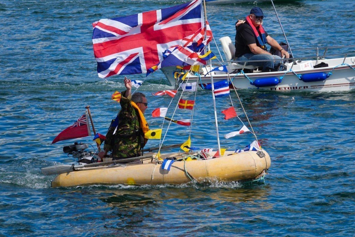 Kleines Schlauchboot, aber Riesenflagge