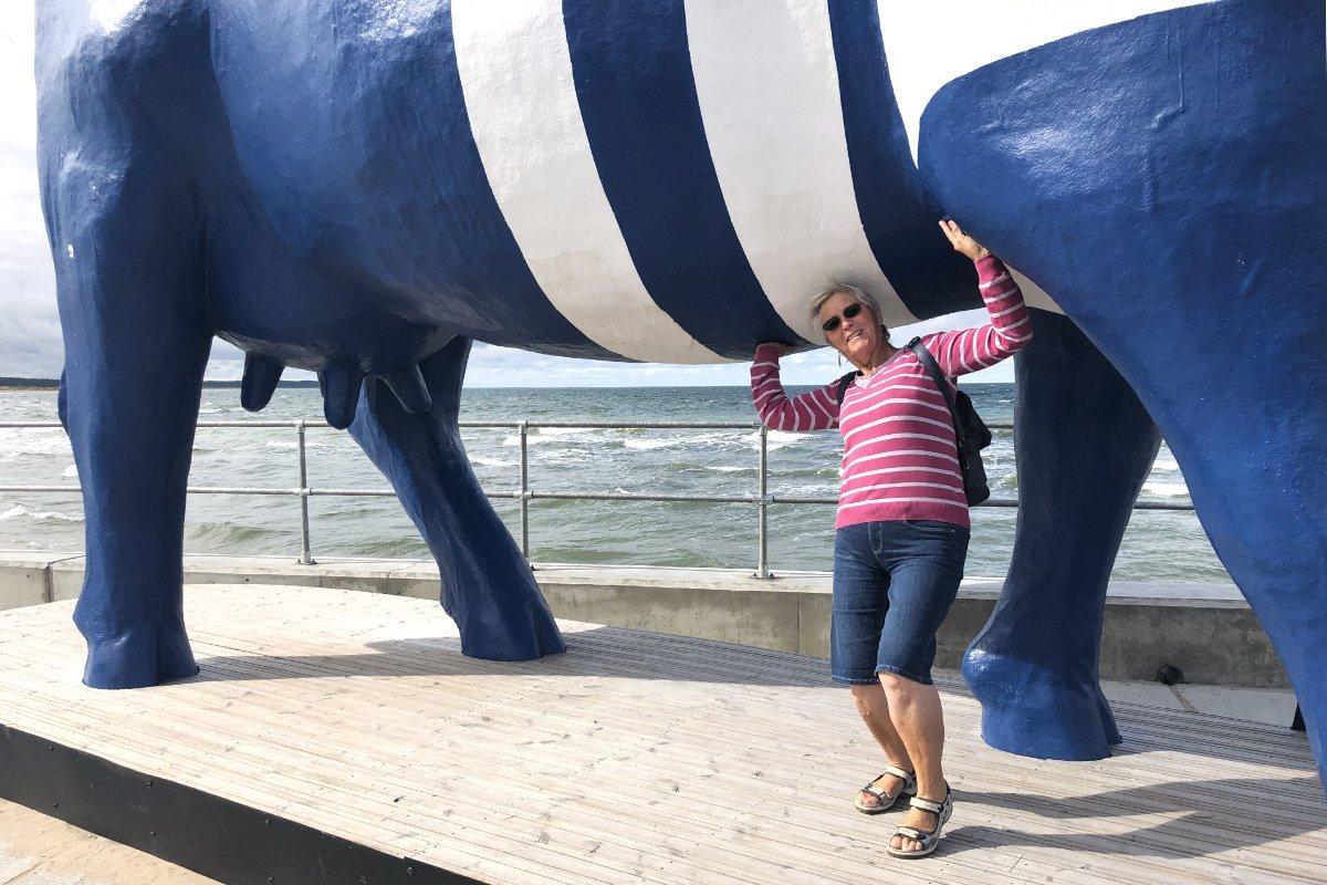 Anne stemmt die Kuh an der Hafenmole