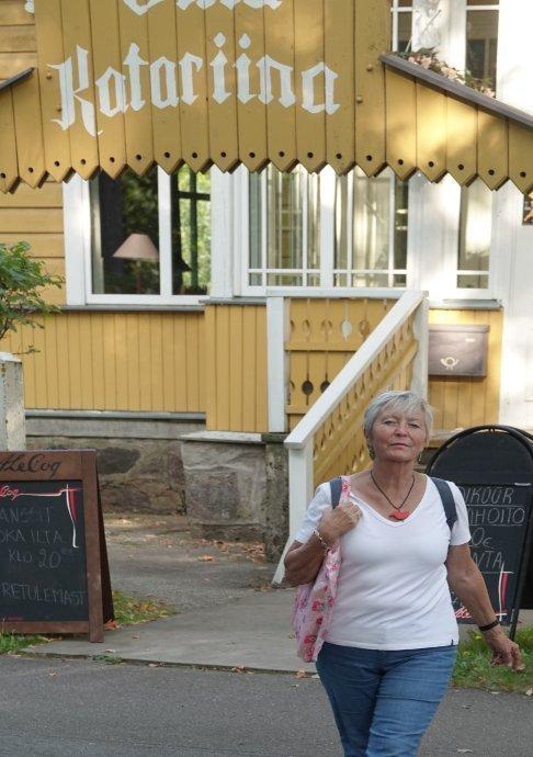 Anne vor der Villa Katarina