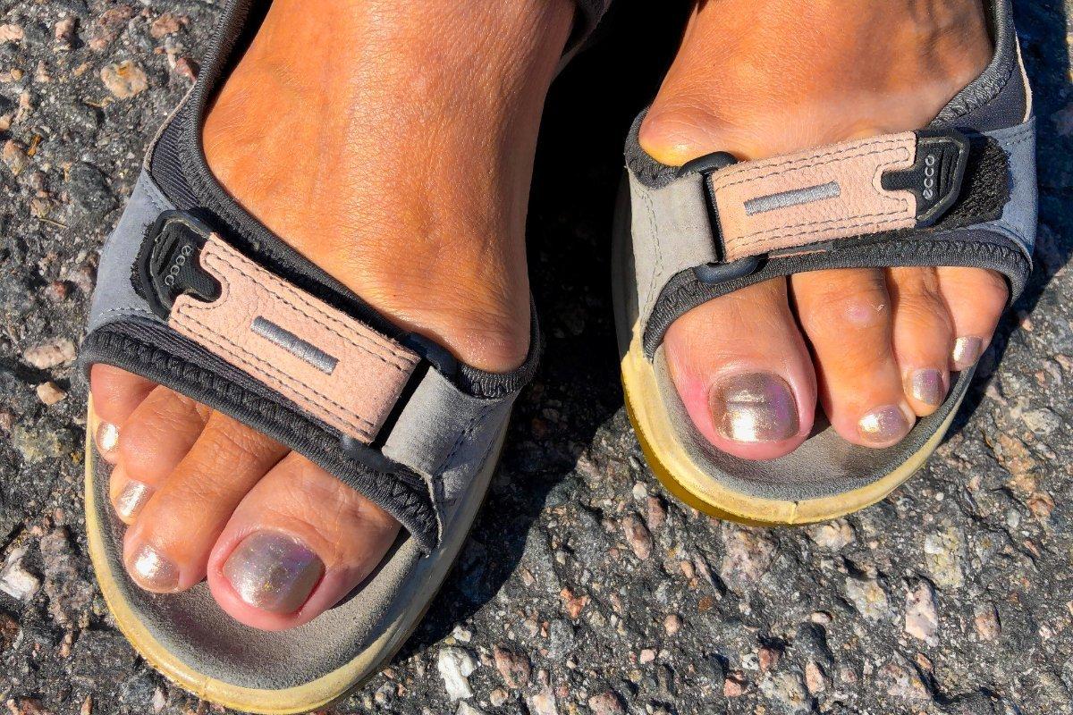 Annes gold-lackierte Fußnägel