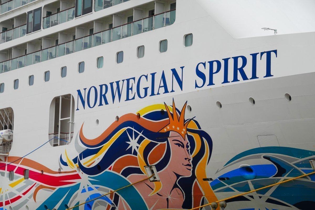 Aufwendige Malereien am Rumpf der Norwegian Spirit