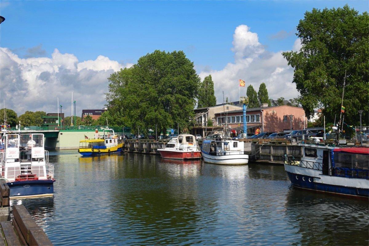 Ausflugsboote im Fluss Dané