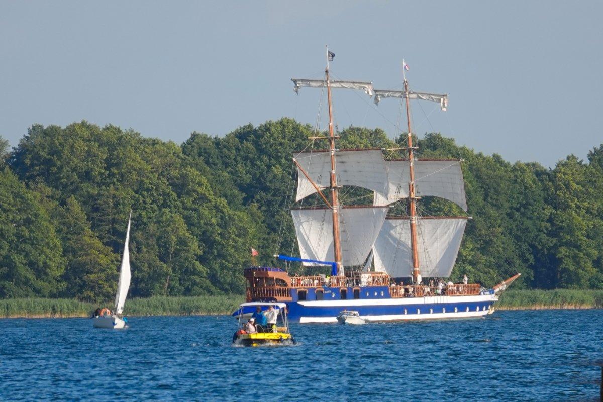 Ausflugssegler mit Touristen auf dem See Mikolajki