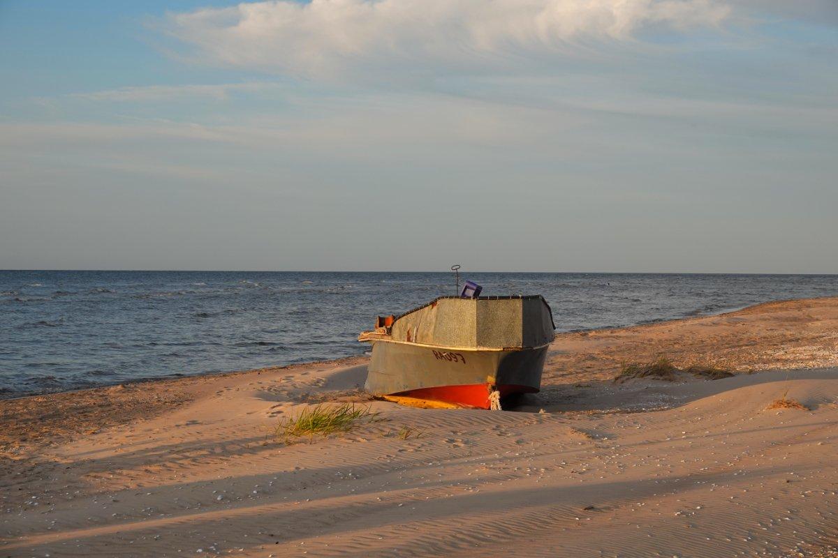 Boot am Strand in der Abenddämmerung