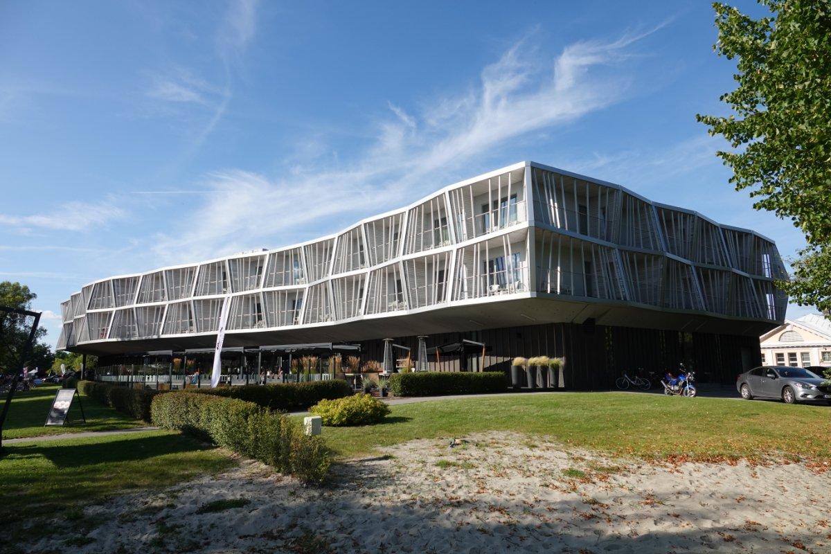 Eigenwillige Architektur des Kurhauses am Strand