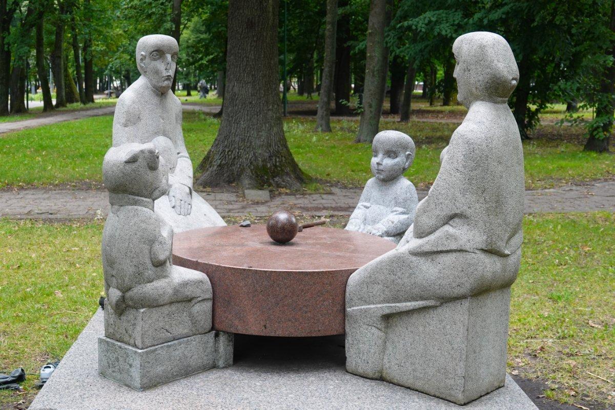 Familie mit Hund im Skulpturenpark