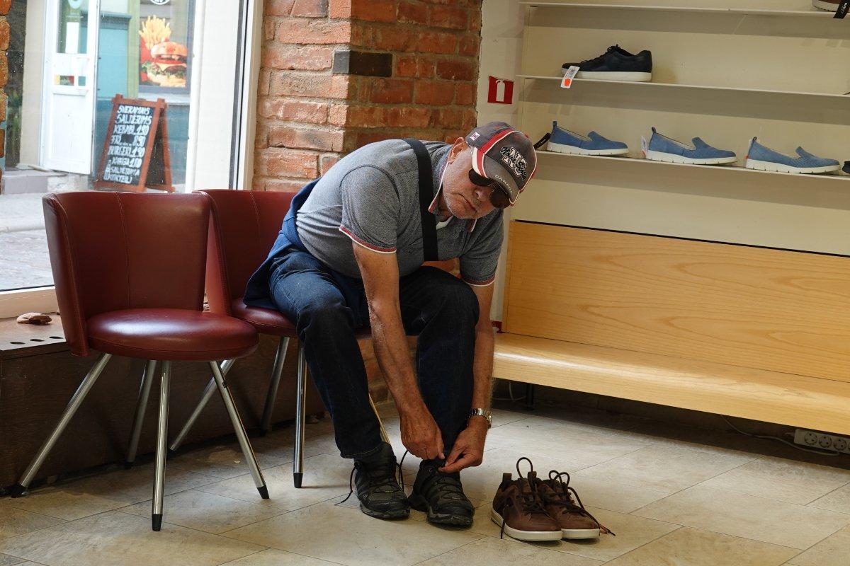 Frederick kauft neue Schuhe