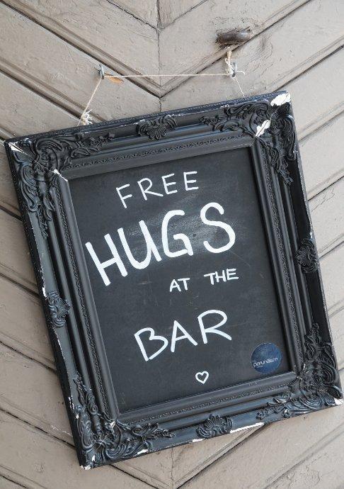 Gratis Umarmungen an der Bar